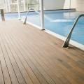 Pavimento in legno decking piscina interna