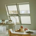Tenda plissé bianca Luxaflex su 4 finestre