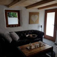 Camera con tende plissé su porta e finestra
