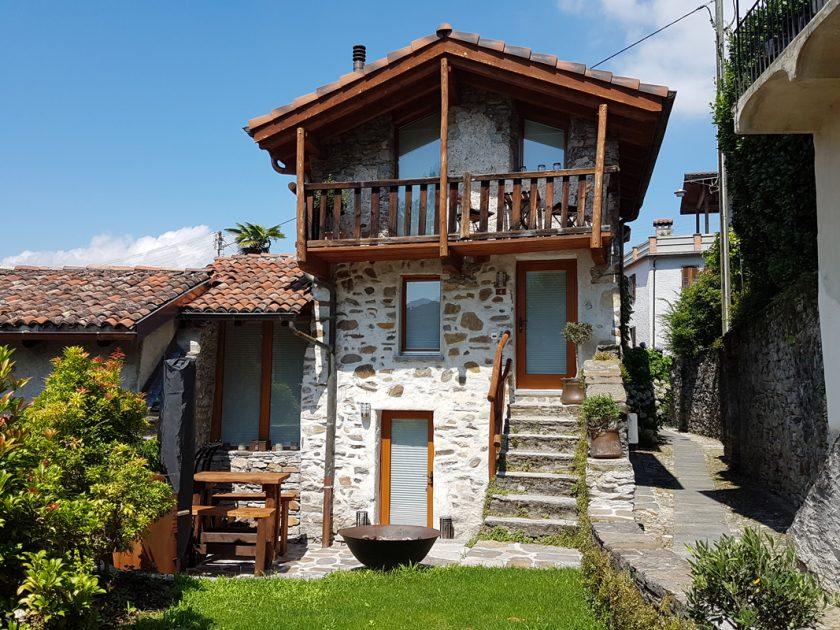 Casa con tende plissettate in Ticino