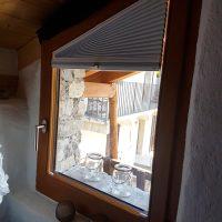 Tende plissettate su misura aperte per finestra