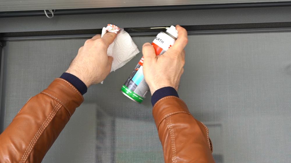 Pulire la zanzariera con spray lubrificante